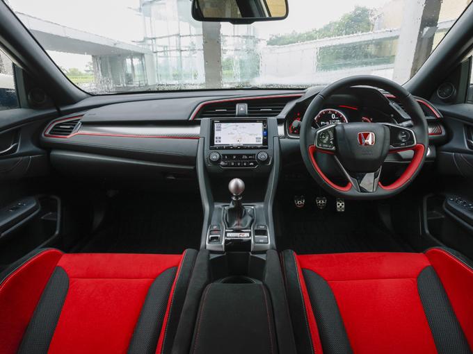 ▲専用シートの着座位置は低く頭上の圧迫感はない。一度座ってしまえば非常に運転しやすいポジションだと感じるだろう。各種スイッチ類も操作しやすいところに配置されている。ハッチバックタイプなので、実は日常での使いやすさも備えている