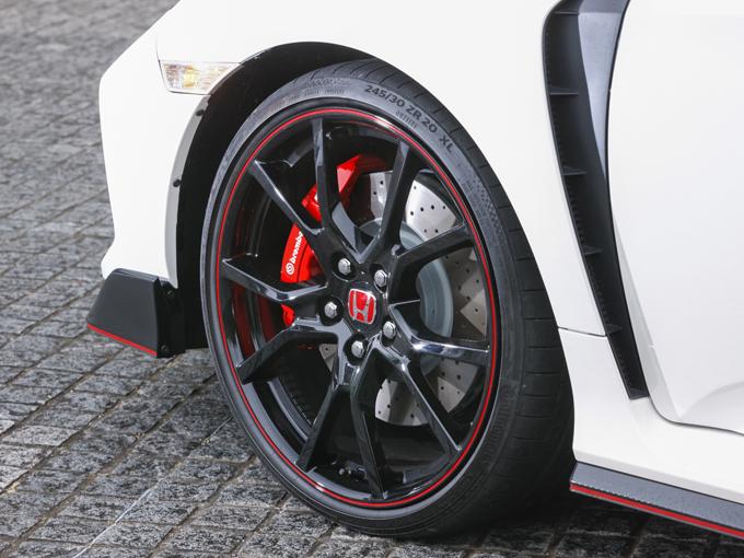 ▲大口径のブレンボ製ブレーキの制動性能は強力。サーキットなどでの激しいブレーキングにも耐えられる設計だ。日常使いでも急減速および止まれるという安心感には心強いアイテムだ