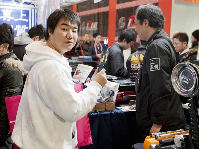 ▲忘れていましたが、愛車を1万円でカスタムという挑戦でした!私が工具にウツツを抜かしている間に、てんちょ~は1000円で工具をゲットしていました。言えよ! コソっと買うな!