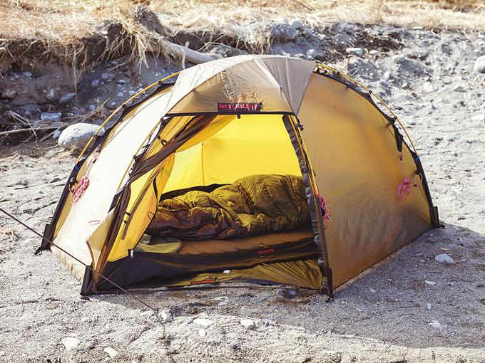 ▲こちらは就寝用のテントで、やはり「ヒルバーグ」製。サンドベージュのカラーは人気が高い