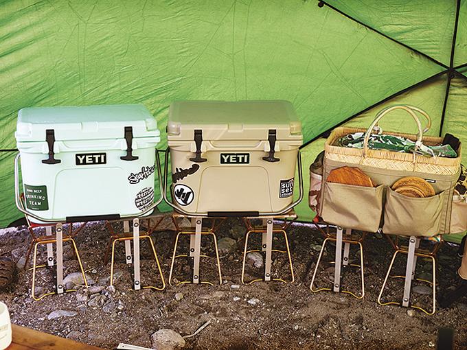 ▲クーラーボックスは「アディロンダック」のスツールを台にしている。地面から離すことで本来の保冷能力を発揮できるうえ、取り出しもしやすい