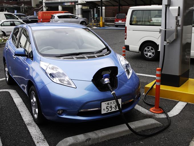 ▲内燃機関ではなく電気でモーターを動かして走行する電気自動車を中古車で選ぶことは、街乗り中心の人にとってベストな選択となるかもしれませんよ!