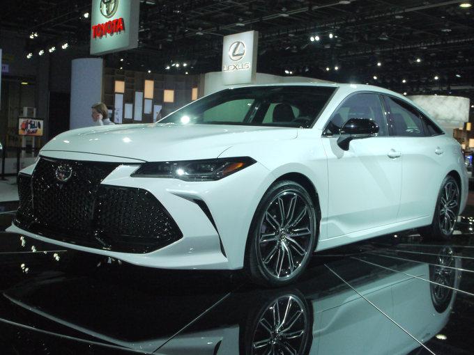 ▲トヨタは、北米専売となるフルサイズセダン、アバロンをデビューさせた。TNGAプラットフォームの採用や、ショックアブソーバーの減衰力を最適に制御するトヨタアダプティブサスペンションも設定されるなど、見どころ満載。エンジンは、新開発の3.5L V6と2.5L直4+モーターのハイブリッド