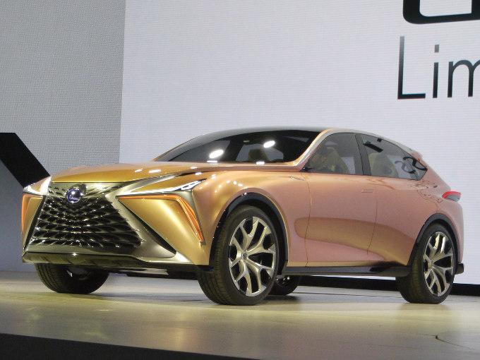 ▲レクサスの次世代フラッグシップクロスオーバーを示唆するコンセプトが、LF-1リミットレスコンセプトだ。パワートレインについては、PHVやEV、燃料電池など、あらゆるものが想定されている。フロントノーズが長い、SUVクーペスタイルは流麗の一語に尽きる