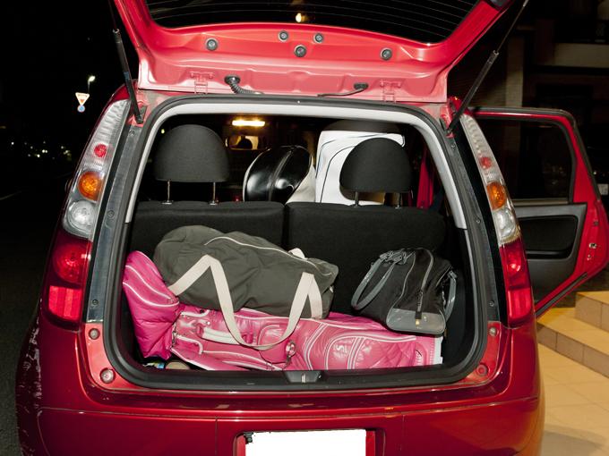 ▲田辺さんのゴルフバッグ(長いドライバーは抜いている)は荷室へ、友人のゴルフバッグ2つは後部座席に積んでいる