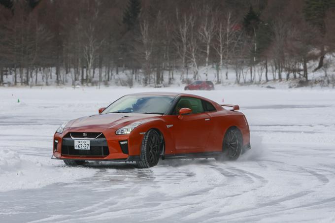 ▲こちらはNISSAN GT-R。本文とは関係ありませんが、氷の上のスポーツカーはすこぶるカッコよかったので載せておきます