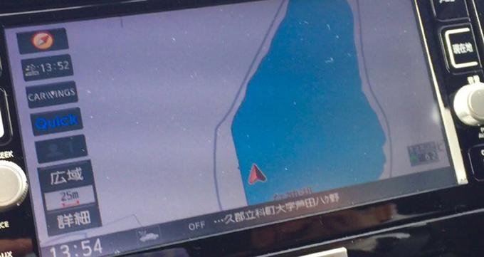 ▲ご覧ください。ナビの位置情報が湖の上を指しています。普通に考えたら故障か心霊現象なのですが、マジで湖の上にいるからスゴイ……