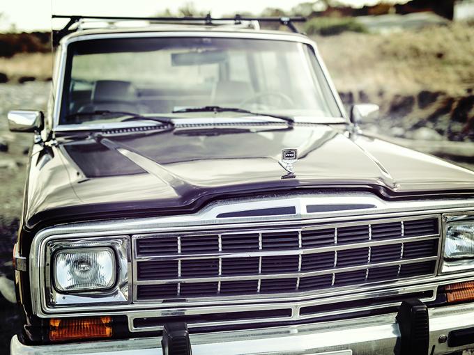 ▲現代の車よりも金属パーツが多く、それがいい味となっている。当時の金属製ルーフキャリアはそのままにして、スーリーのキャリアを後付けしている