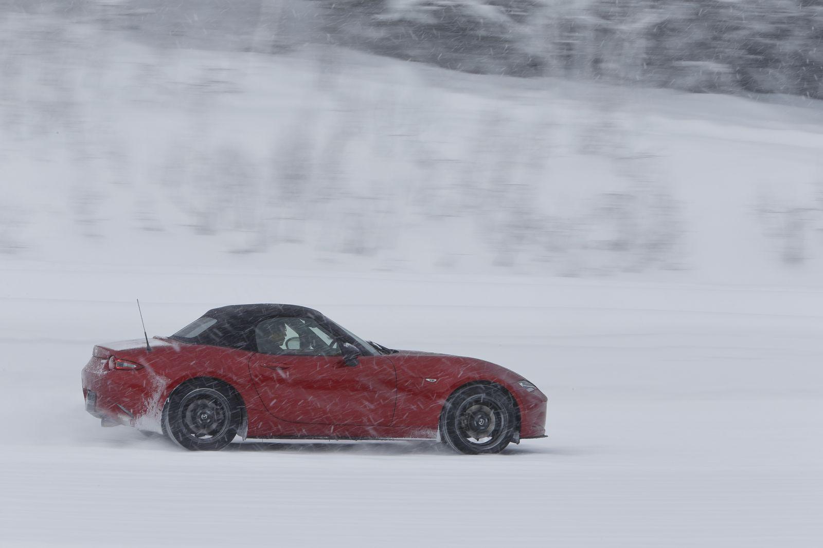 ▲ロードスターが雪上でも「躍動」