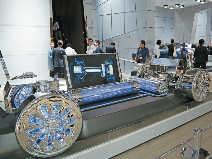▲同じく2015年の東京モーターショーで公開された、後輪駆動燃料電池車のコンポーネント部分。2本ある水素タンクのうち、1本をセンタートンネルに配置するレイアウトが提示された