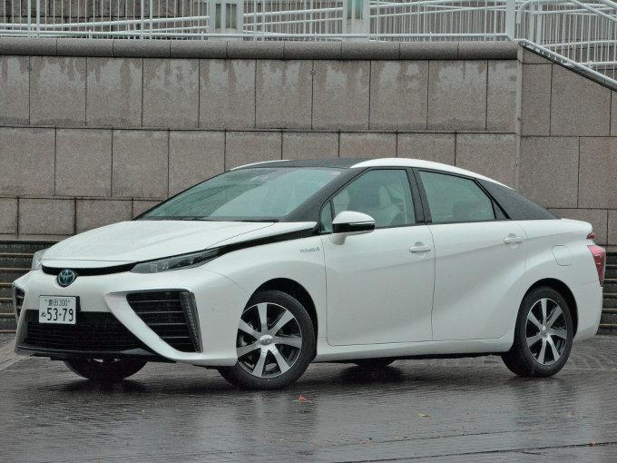 ▲世界初の燃料電池車として2014年11月に発表された現行MIRAI。FFシャシーに2本の水素タンクや、FCスタックが搭載され、4人乗車が可能なキャビンが組み合わされている