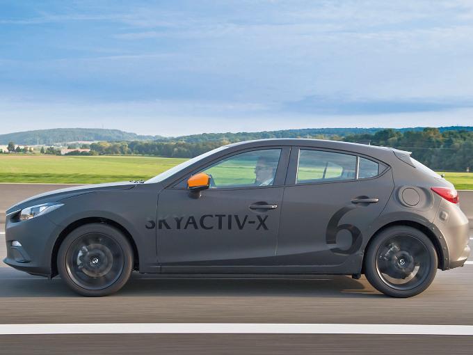 ▲マツダは、次世代スカイアクティブボディとシャシー、圧縮着火エンジンの実用化で大きく前進する。写真は2017年に公開された次世代技術搭載の試作車