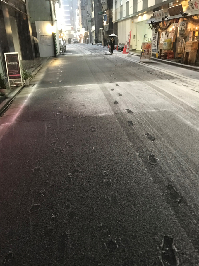 ▲会社がある東京・日本橋の様子。雪国の人からすれば「うっすら」レベルかもしれないが、都内は大騒ぎだ