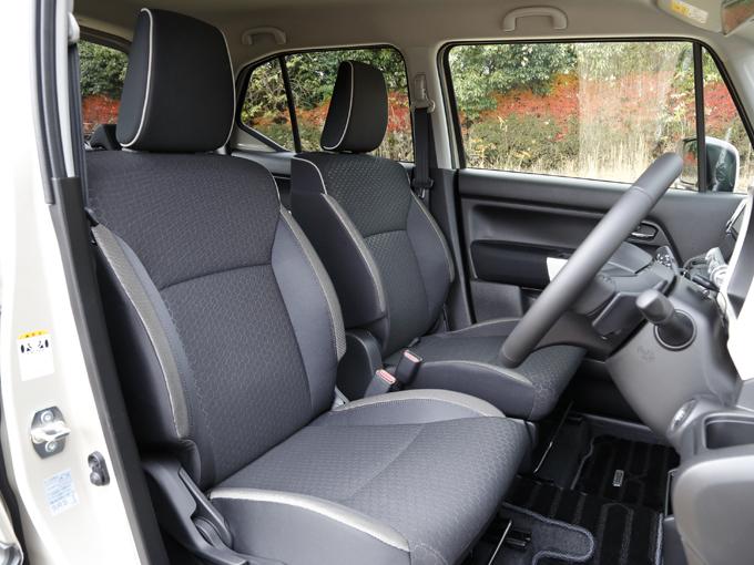 ▲エンジンをかけると、車内は冷えているのでシートヒーターのスイッチを入れる。全モデルの運転席と助手席にシートヒーターが標準装備だ