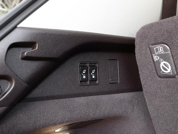 ▲3列目シートは電動格納式。セカンドシートの左側、ラゲージルーム左側に操作スイッチがある