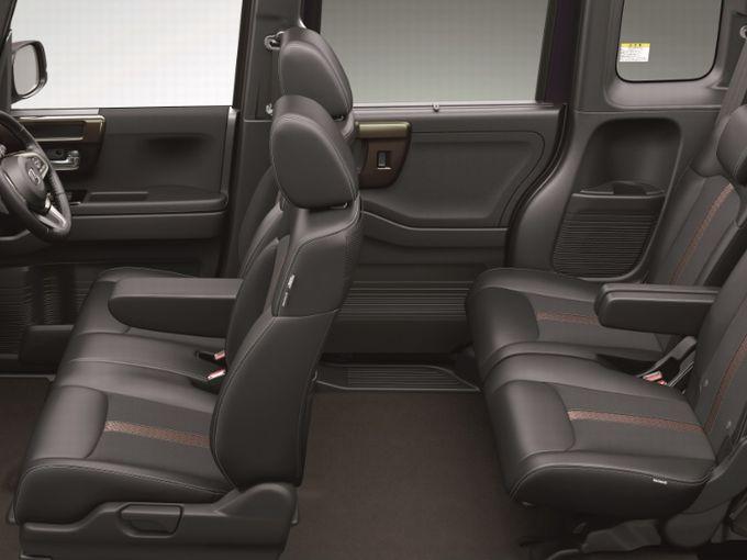 ▲N-BOXカスタムの車内はこんな感じ。「助手席スーパースライドシート」は前後に57cmスライド可能で、リアシートも前後に19cmスライドできます。……後席の余裕はたぶんメルセデス・ベンツ Sクラス以上では?