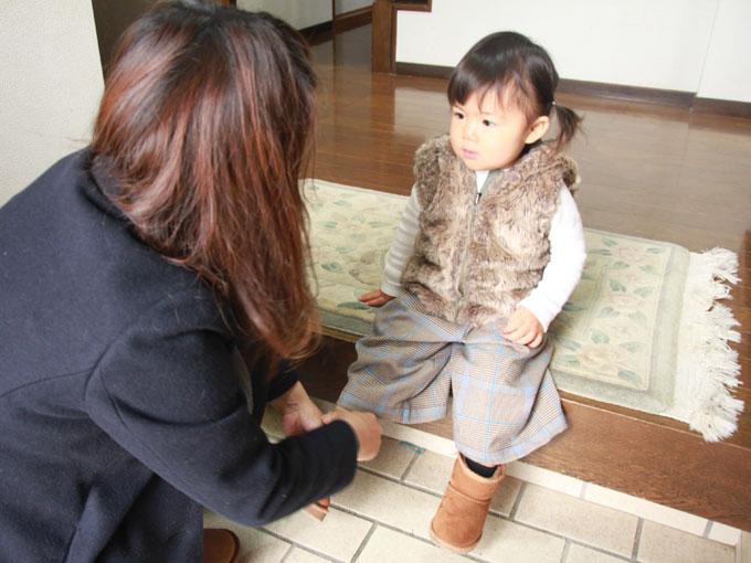 ▲これからママと2人でお出掛け。靴を履かせてもらって、今日はどこに連れて行ってもらえるのかな