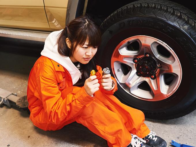 ▲続いては、タイヤのホイールナット! と、いきたい所でしたが……。え? サイズが合わない。矢田部痛恨のミステイク。ちなみにけん引フックも取り付け穴が車に付いていなかったので取り付けできませんでした……