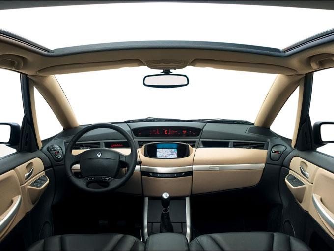 ▲巨大なサンルーフが装備されるため、開放感あふれる車内空間となっている