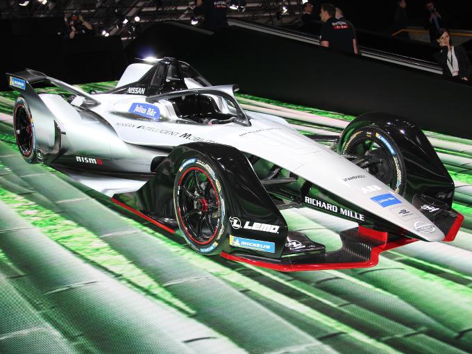 ▲日産は、ルノーから引き継ぎ、フォーミュラE選手権への参戦を発表。その参戦マシンのカラーリングをジュネーヴで発表した。来シーズンのレギュレーションでは、新たなシャーシとバッテリーが搭載され、従来のようにレース中での乗り換えはなくなる