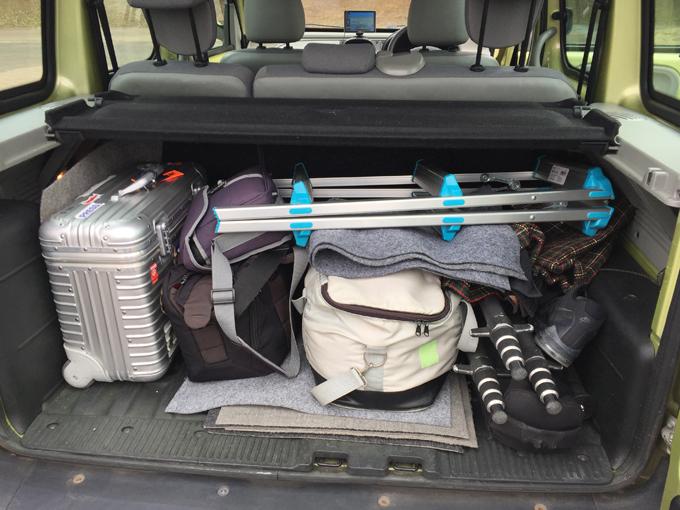 ▲これはカメラマンさんが実際に積んでいた荷物。大き目のスーツケースから長尺の物まで余裕で飲み込んでいます