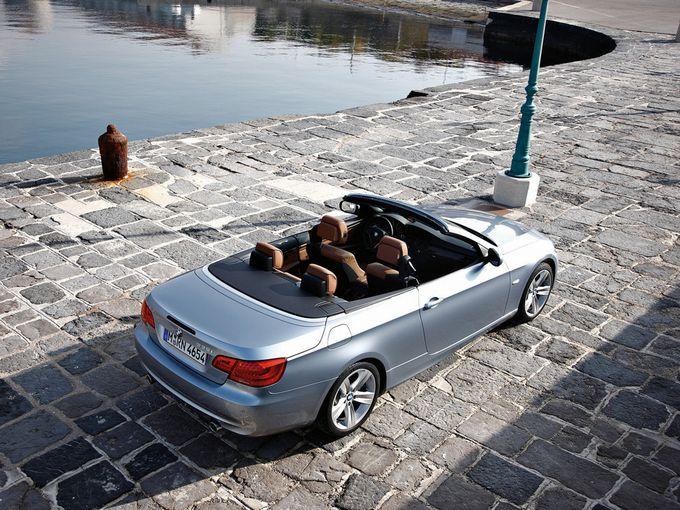 ▲写真は、現在の相場がおおむね総額250万円前後となる旧型BMW 3シリーズ カブリオレ。こういうのももちろんステキなのだが、オープンカーというのは総額100万円以下でも割と十分以上に楽しめたりする