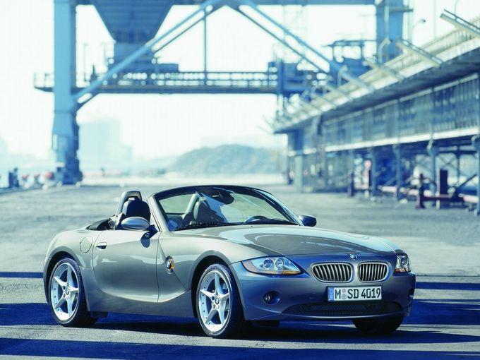 ▲2003年から2009年にかけて販売された初代BMW Z4。エンジンは直6の2.5Lと3Lの2種類で、いずれも5速ATと組み合わされる。ソフトトップの格納は2.5iの前期型が手動式で、3.0iは電動式