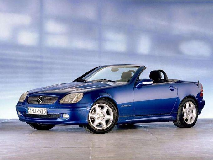 ▲1997年から2004年にかけて販売された初代メルセデス・ベンツ SLKクラス。ルーフは「バリオルーフ」と呼ばれる電動開閉式のメタルトップで、ベースグレードのエンジンはスーパーチャージャー付きの直4 2.3L