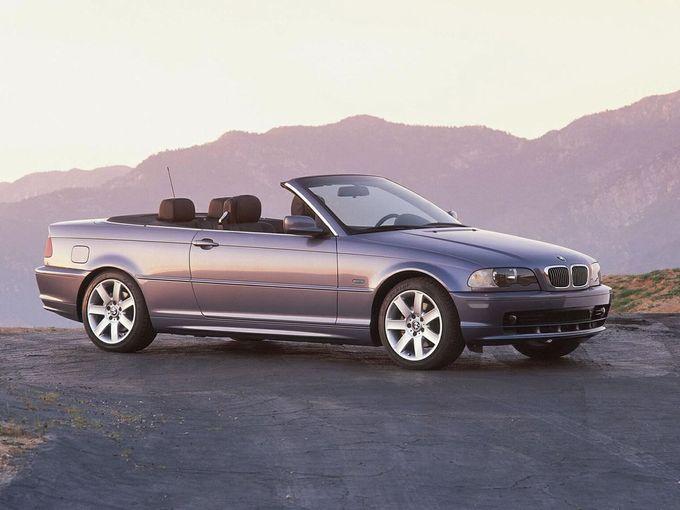 ▲こちらが旧々型BMW 3シリーズカブリオレ。販売期間は2000年から2007年で、搭載エンジンは3L 直6の1機種だった。ルーフは3層構造のソフトトップで、電動により約25秒で開閉する。乗車定員は4名