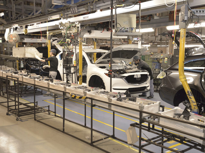 ▲そう。防府工場の製造ラインでは異なるモデルがバラバラに流れているのだ。しかもロボットも作業員も全く混乱する様子はない。塗装にいたっては黒い塗装を吹いた車の次に赤い塗装、次はシルバーと続く。これ、全く同じラインでの話だ。素人でもわかるこの不思議な光景に驚愕してしまった