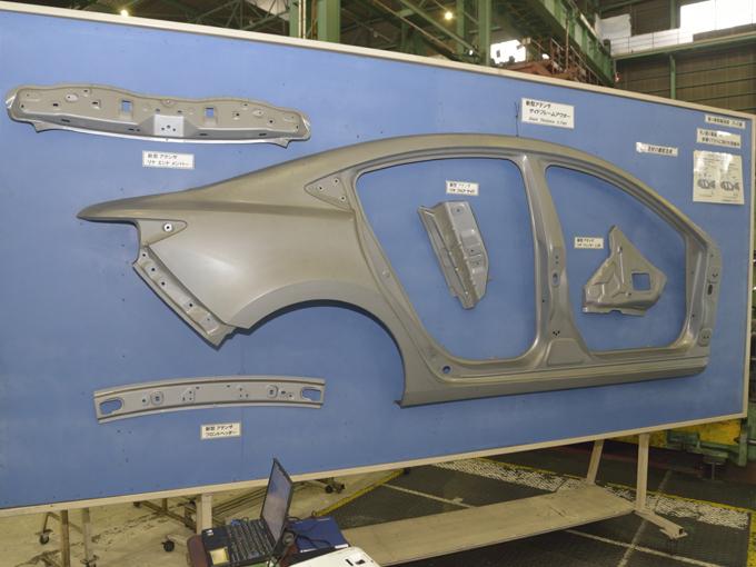▲鉄板の切出し方法からプレス技術の工夫改善などで原料歩留まり(素材廃棄割合の減少)を向上させたうえに、製造ラインも高効率化。この技術によって、出荷順に車両製造を実現しているのだそうだ