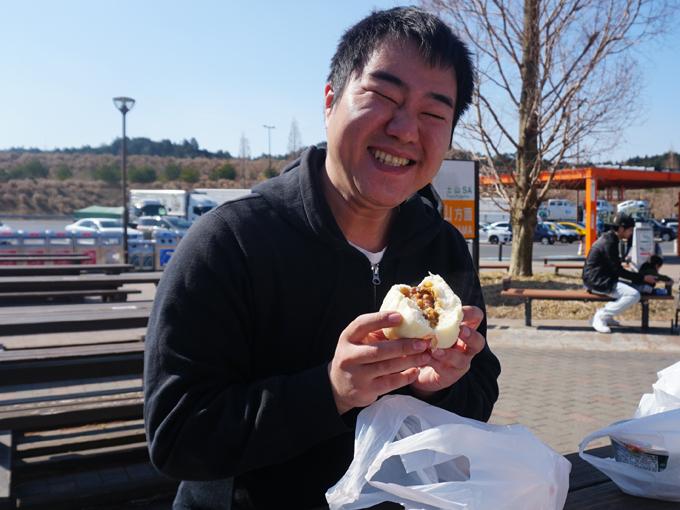 ▲新名神高速道路、滋賀県の土山SA。こちらでは滋賀県のブランド牛、近江牛を使用した近江牛まん(税込390円)を頂きます。先ほどの豚まんより中の具がトロっとしており、牛の味をしっかり感じられる中華まんでした。大きくて食べごたえがあるのも◎ですね!