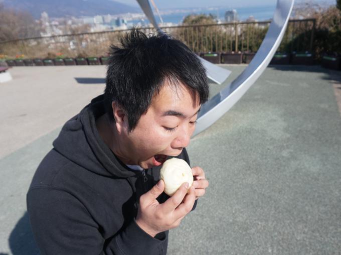 ▲名神高速道路、滋賀県にある大津SAでは、551蓬莱の豚まん(1個税込170円)。食べやすいサイズで中の具はとってもジューシー。いくらでもおかわりできてしまいそう……。このお店は人気で、大阪土産に持ち帰ると大変喜ばれるそうです