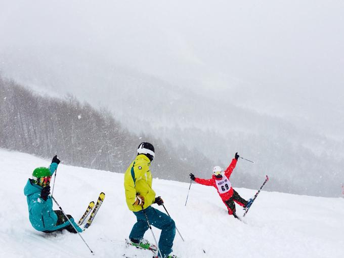 ▲友人とスキーに行ったときの1枚。右の赤いウエアが大矢根さん(写真:ご本人提供)