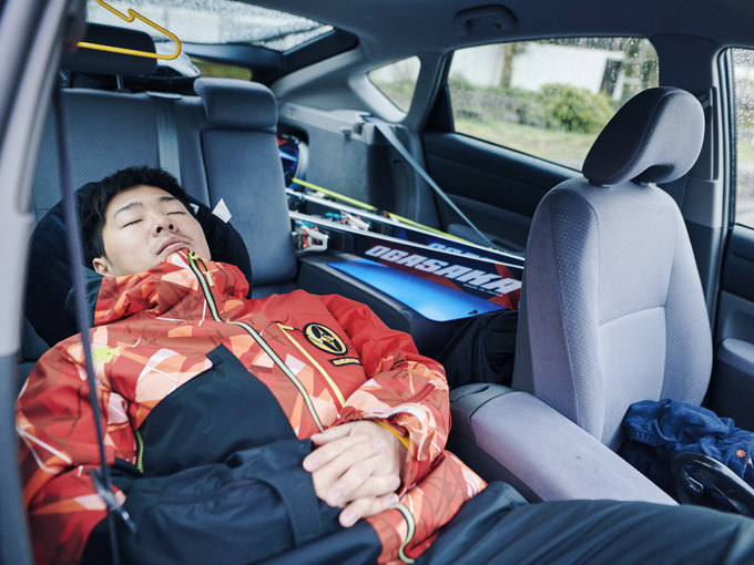 ▲シートを倒して、枕代わりにクッションを敷けば、快眠スペースができあがる