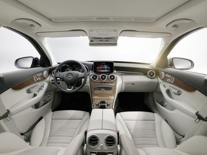 ▲ちなみにこれは現行Cクラス(オプション装着車両)のインテリア。機能的でありながら美しいインテリア全般もメルセデスの美点のひとつで、「どうせ買うならベンツで」と思ってしまう理由のひとつだ