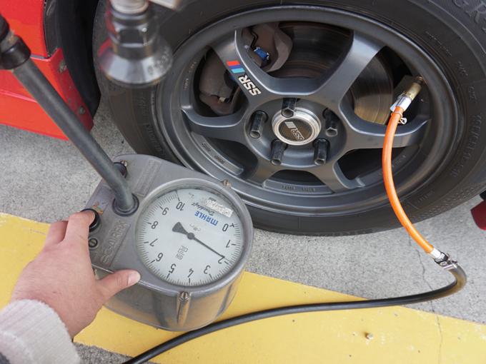 ▲ホイールに付いているバルブ(空気を入れる口)のキャップを外し、空気入れの先端を差し込みます。この機械の場合、本体についているボタンを押して空気を充てんし、メーターを規定値に合わせていきます。足らなければ空気を足し、入れすぎたらボタンを押して抜きます。料理をするときに、はかりを使って規定のグラムに合わせていく作業と似てます。もし極端に空気が少ない箇所がある場合は、釘が刺さってるなど軽くパンクしている可能性もあるので、その場で相談するか、修理工場で点検してもらいましょう