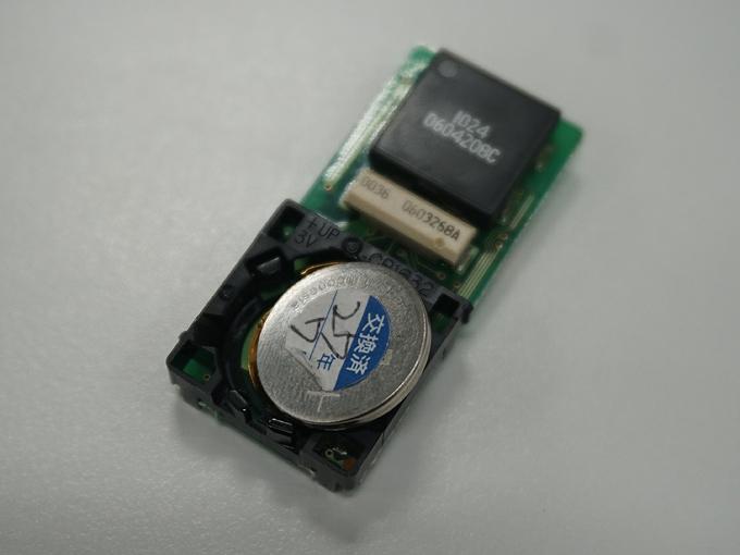 ▲この丸いボタン電池が原動力です。ボタン電池の+-の向きは乾電池のようにはっきりとわかりにくいので、表面に記載されている表記を見て覚えておきましょう