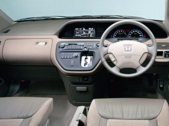 ▲表示系と操作系を機能別にまとめたインストルメントパネル。ドライバーの視線移動も少なく、操作しやすいレイアウトとなっている