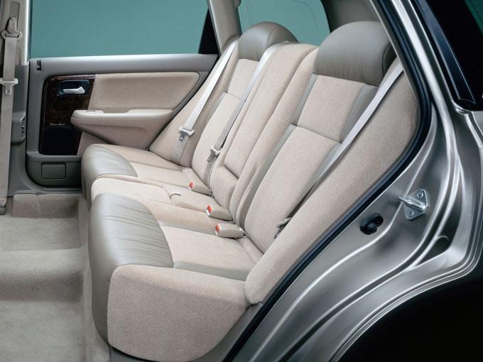 ▲後席にも独立のエアコンアウトレット、スライドとリクライニング機能を持つ2ウェイラウンジシート、リアシートテーブルを採用するなど、すべての席で快適な居住空間を実現(L、L-4タイプはオプション)