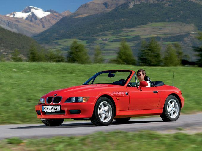 ▲ロングノーズ+ショートデッキ、スモールキャビンという古典的フォルムが魅力の2シーターオープン、BMW Z3。基本となる1.9Lの直4DOHCはBMWらしい高回転型で、小ぶりなボディとの相性も抜群