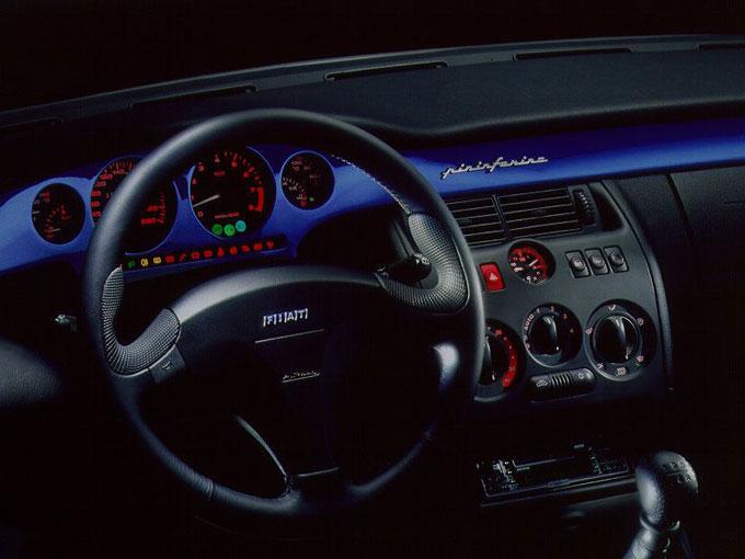 ▲ボディ同色のパネルが用いられたインテリア。センターコンソールの真上には、インテリアをデザインした「ピニンファリーナ」のロゴが添えられている