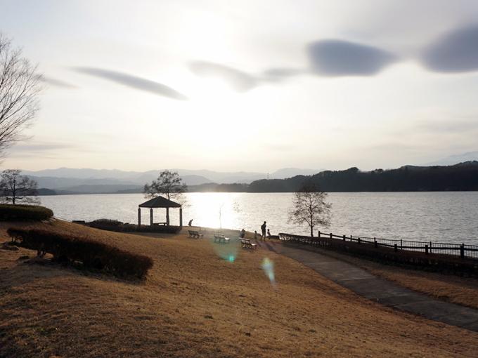 ▲夕日に照らされる御所湖。右手には岩手山が見えた