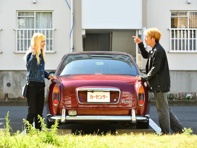 ▲何とも独特な存在感あるよね~とカメラマンと車の前で話していたところにやってきたオーナー夫妻。互いに勝手に想像していたオーナー像とのイメージのギャップに一瞬戸惑ってしまったが、ワインレッドの車に金髪の2人が乗り込む姿は実にマッチしている