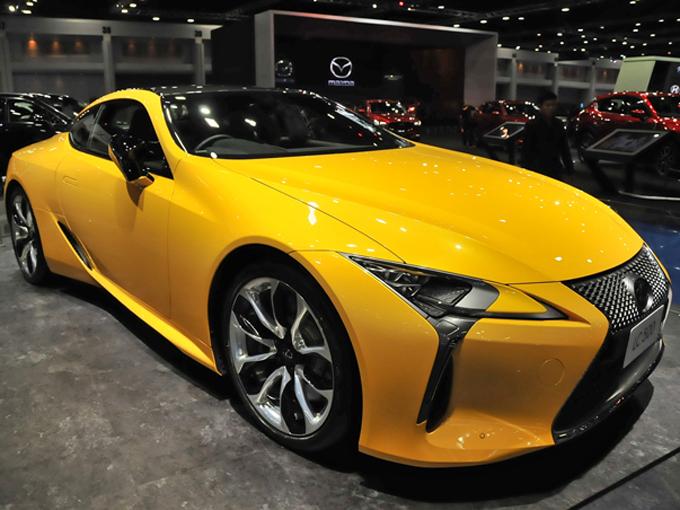 ▲レクサスはどのモデルも高額なプライスが提示されていた。写真のLC500の価格は1695万バーツ(約5800万円)!