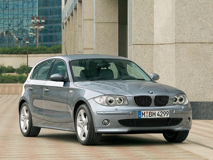 【BMW 1シリーズ(初代)】排気量は1.6Lと1.8L、2L、3Lがある。ミッションは6速ATのほか、3Lには6速MTもあり、100万円でも狙える。パンクしてもしばらく走り続けられるランフラットタイヤを装着。横滑り防止装置などの車両コントロール装備も充実している。原稿執筆時点で、支払総額100万円なら2004年から2006年式の5万km未満が狙える