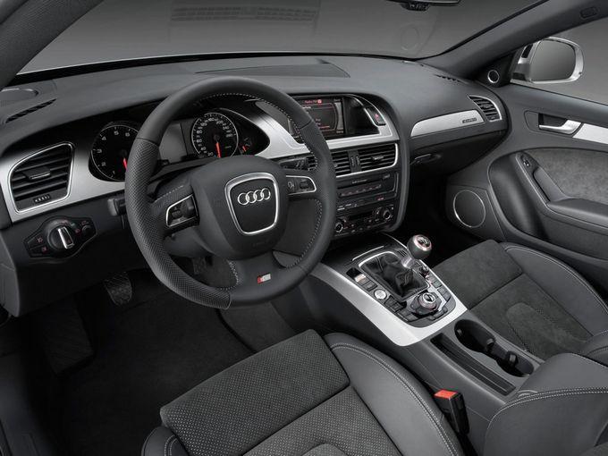 ▲グレードやパッケージオプションによって細部に違いはありますが、A4アバントの運転席まわりはおおむねこのようなデザインです。写真は本国仕様のSラインパッケージ装着車