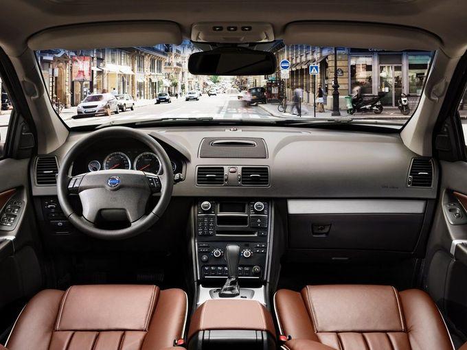 ▲オフロードを走ることができ、仕事や趣味の道具もガンガン積めて、それでいて都市の風景にもよく似合うシャレた感じで……というと、例えばこんな車? 写真は旧型ボルボ XC90の運転席まわり