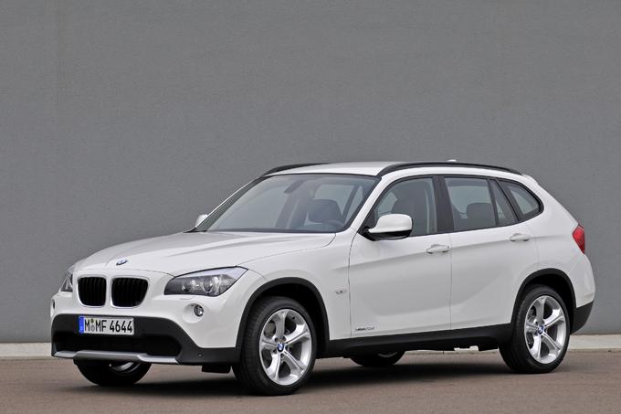 【BMW X1(初代)】世界的ブランドであるBMWのコンパクトSUV。コンパクトといえども、BMWならではの長いエンジンフードデザインで存在感は十分ですし、身長155cm以下の女性であればなおさらです。新車時価格は363万~559万円とまあまあな高級ゾーン。が、実は中古であれば総額100万円台でも狙えてしまいます