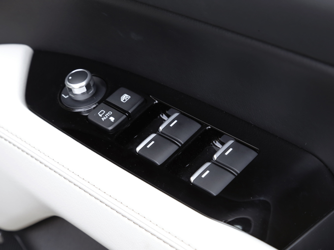 ▲CX-5オーナーの声を元に、オプションで選択を可能にした機能が運転席ドアにあるウインドウ開閉スイッチ。全ウインドウが、長押しでオート開閉可能な機能を付けたライト付きのスイッチだ